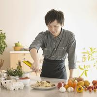 キッチンで料理をする男性