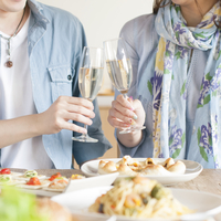 シャンパンで乾杯をするカップルの手元