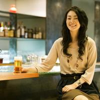 ビールを持ち微笑む女性 11017005637| 写真素材・ストックフォト・画像・イラスト素材|アマナイメージズ