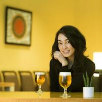 テーブルに肘をつき微笑む女性 11017005645  写真素材・ストックフォト・画像・イラスト素材 アマナイメージズ