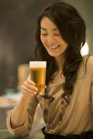 ビールを持ち微笑む女性 11017005670  写真素材・ストックフォト・画像・イラスト素材 アマナイメージズ