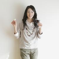 ワイングラスとチーズを持ち微笑む女性 11017005700| 写真素材・ストックフォト・画像・イラスト素材|アマナイメージズ