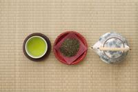 お茶の葉とお茶と急須