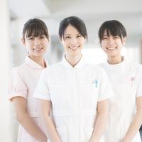微笑む3人の看護師
