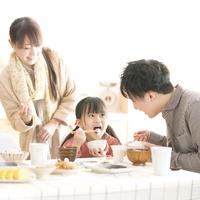 ご飯を食べる女の子と両親