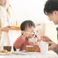 ご飯を食べる女の子と父親