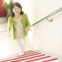 階段を上るシニア女性
