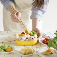 キャラクター弁当を作る女性の手元