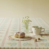 テーブルの上のドーナッツとコーヒー