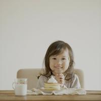 ホットケーキを前に嬉しそうな顔をする女の子 11017007228| 写真素材・ストックフォト・画像・イラスト素材|アマナイメージズ