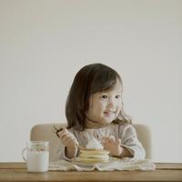 ホットケーキを食べる女の子 11017007229| 写真素材・ストックフォト・画像・イラスト素材|アマナイメージズ