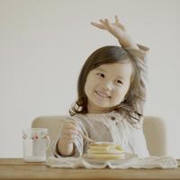 ホットケーキを食べる女の子