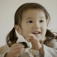 おにぎりを食べる女の子 11017007243| 写真素材・ストックフォト・画像・イラスト素材|アマナイメージズ