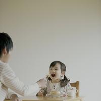 父親にホットケーキを食べさせてもらう女の子