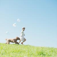 草原を走る女性と犬 11017007354| 写真素材・ストックフォト・画像・イラスト素材|アマナイメージズ