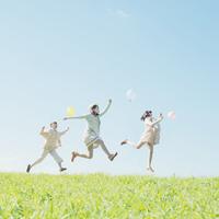 風船を持ち草原でジャンプをする3人の女性 11017007366| 写真素材・ストックフォト・画像・イラスト素材|アマナイメージズ