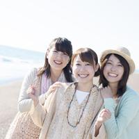 海で微笑む3人の女性