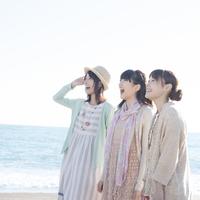 海を眺め微笑む3人の女性