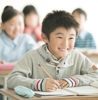 教室で勉強をする小学生