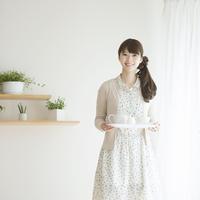 トレイを持ち微笑む女性 11017007506| 写真素材・ストックフォト・画像・イラスト素材|アマナイメージズ