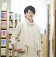 図書館で微笑む男性