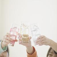 乾杯をする3人の女性の手元 11017007529| 写真素材・ストックフォト・画像・イラスト素材|アマナイメージズ