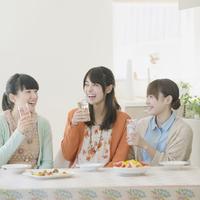 食事をする3人の女性