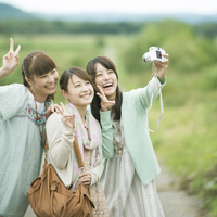カメラで写真を撮る3人の女性 11017007570| 写真素材・ストックフォト・画像・イラスト素材|アマナイメージズ