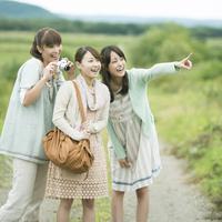 旅行をする3人の女性