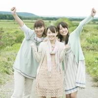 一本道で微笑む3人の女性