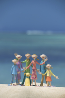 浜辺で手を振る6人家族と海 クラフト