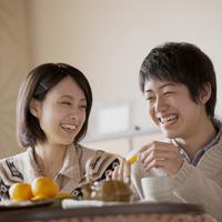 ミカンを食べるカップル 11017013661| 写真素材・ストックフォト・画像・イラスト素材|アマナイメージズ