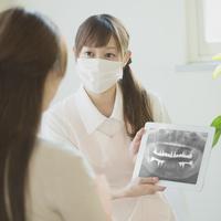 患者に説明をする歯科助手