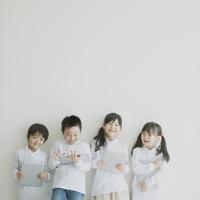 タブレットPCを持ち微笑む小学生