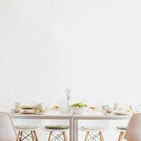 テーブルの上に並ぶ朝食