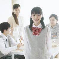 中学生の女の子と朝食を食べる家族