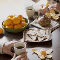 こたつの上にあるミカンと干し芋 11017013803| 写真素材・ストックフォト・画像・イラスト素材|アマナイメージズ