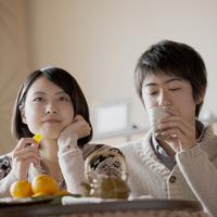 ミカンを食べる女性とお茶を飲む男性 11017013866| 写真素材・ストックフォト・画像・イラスト素材|アマナイメージズ