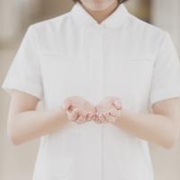 包み込むポーズをする看護師の手元