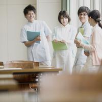 窓際で談笑をする看護学生