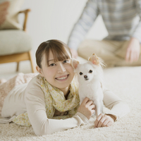 部屋でくつろぐ女性と犬