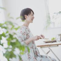 朝食を食べる女性 11017014028| 写真素材・ストックフォト・画像・イラスト素材|アマナイメージズ