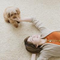 床に寝転び犬と戯れる女性 11017014030| 写真素材・ストックフォト・画像・イラスト素材|アマナイメージズ