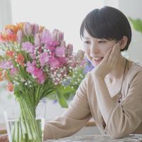花を見つめる女性 11017014074| 写真素材・ストックフォト・画像・イラスト素材|アマナイメージズ