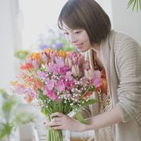 花の手入れをする女性 11017014076| 写真素材・ストックフォト・画像・イラスト素材|アマナイメージズ