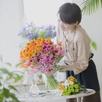 花の手入れをする女性 11017014077| 写真素材・ストックフォト・画像・イラスト素材|アマナイメージズ