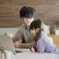 パソコンをする親子