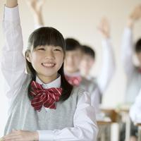 教室で手を挙げる中学生