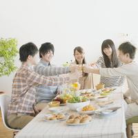 ホームパーティーをする若者たち
