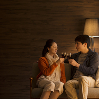 ワインで乾杯をするミドル夫婦 11017014372| 写真素材・ストックフォト・画像・イラスト素材|アマナイメージズ
